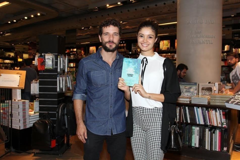 28.set.2015 - Na noite desta segunda-feira, Sophie Charlotte e o noivo, Daniel de Oliveira estiveram na Livraria da Travessa, no Shopping Leblon, para prestigiar o lançamento do livro