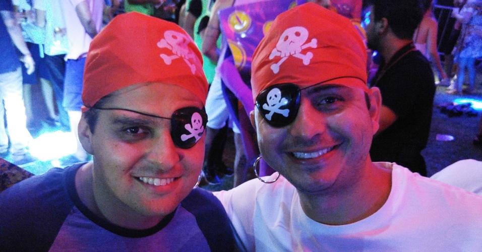5.fev.2016 - Dupla de piratas curte a noite, que teve muito funk, sertanejo e axé no Jockey Club
