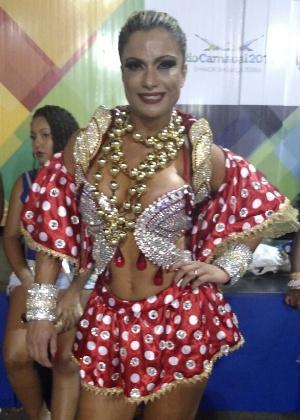 Dani Sperle, destaque da União da Ilha, que sairá vestida. A modelo tradicionalmente sai apenas de tapa-sexo