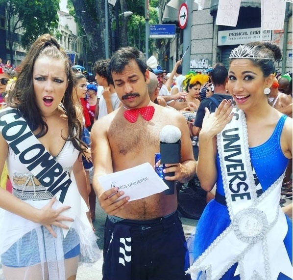7.fev.2016 - Foliões reproduzem disputa entre a Miss Colômbia e Miss Filipinas no Miss Universo
