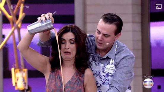 30.mar.2016 - Fátima Bernardes tenta aprender a fazer coquetel