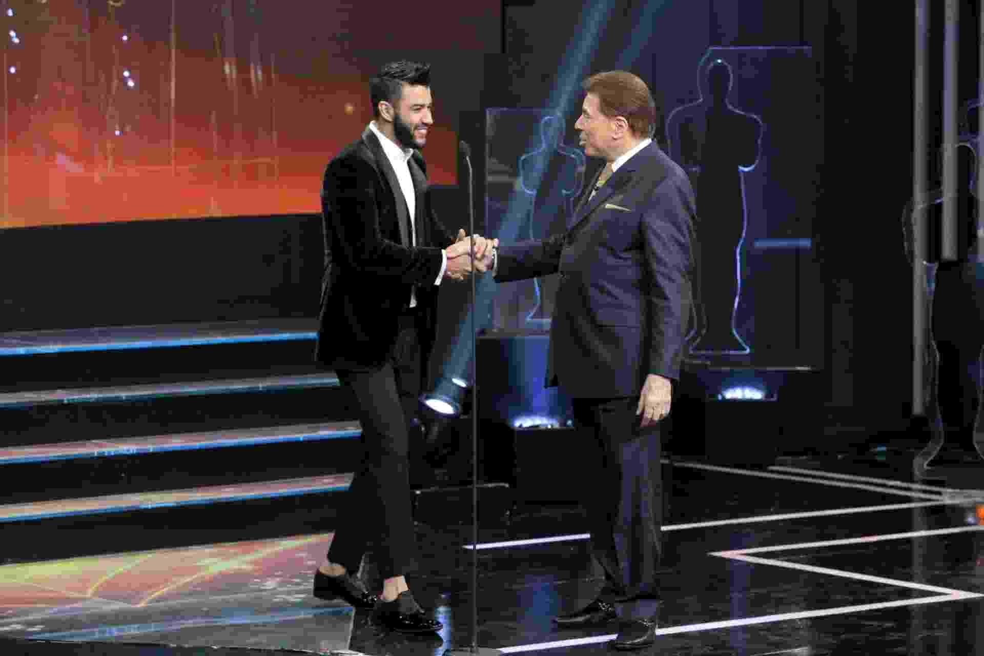 Silvio Santos recebe o cantor Gusttavo Lima no palco do Troféu Imprensa - Divulgação/SBT