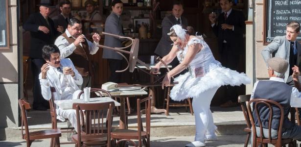 Pancrácio (Marco Nanini), vestido de bailarina, briga com Ernesto (Eriberto Leão) - Estevam Avellar/TV Globo