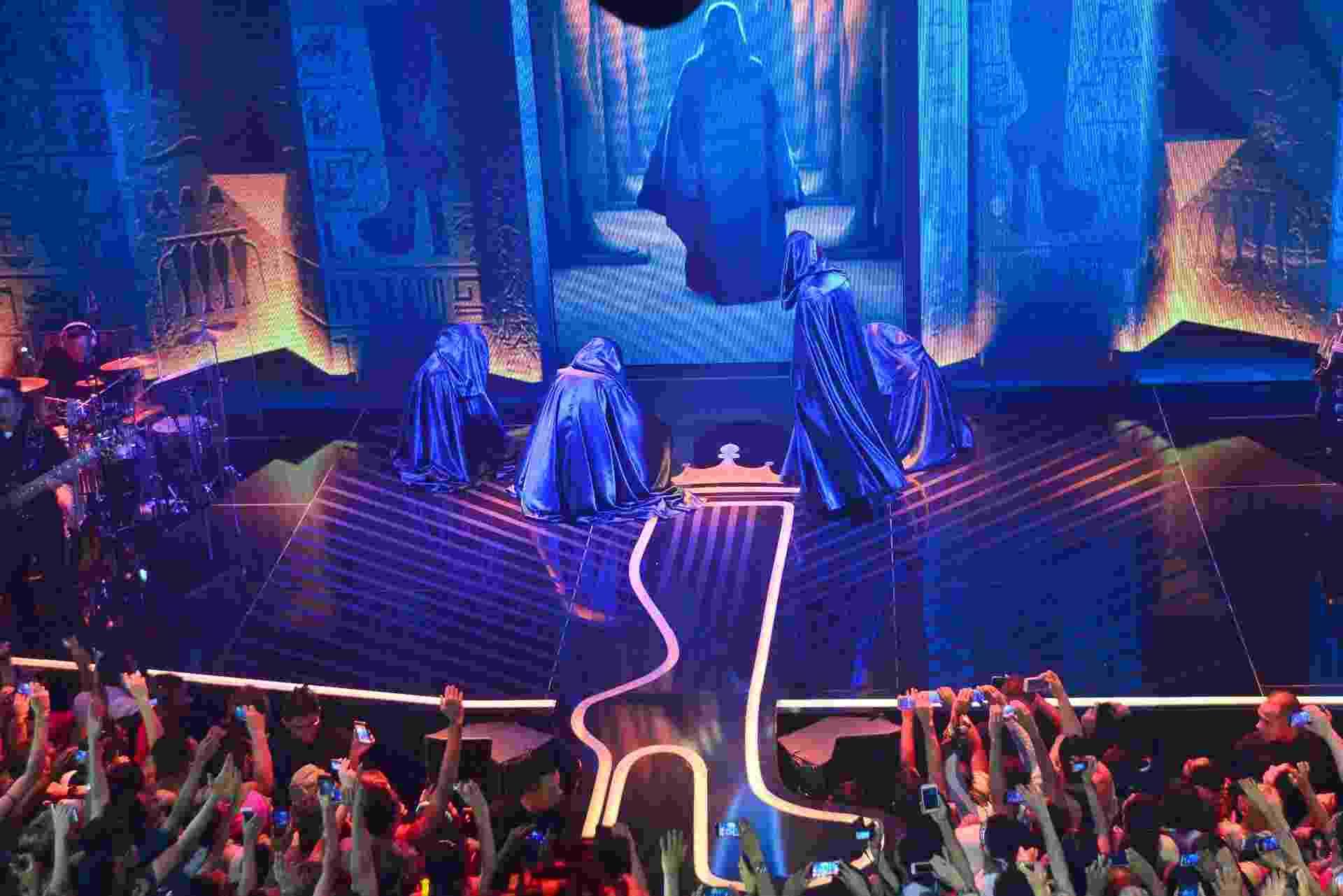 """10.nov.2016 - Joelma aparece no palco após uma projeção em 3D surgir no telão. A cantora abriu seu primeiro DVD da carreira solo cantando uma introdução de """"Força Estranha"""", de Caetano Veloso - Lucas Lima/UOL"""
