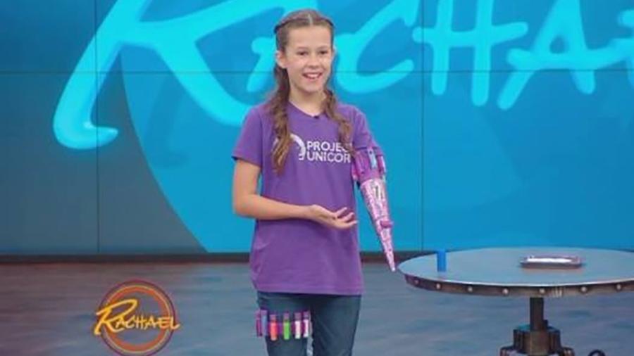 A americana Jordan Reeves criou uma protése que atira glitter para seu braço esquerdo  - Reprodução/The Rachael Ray Show