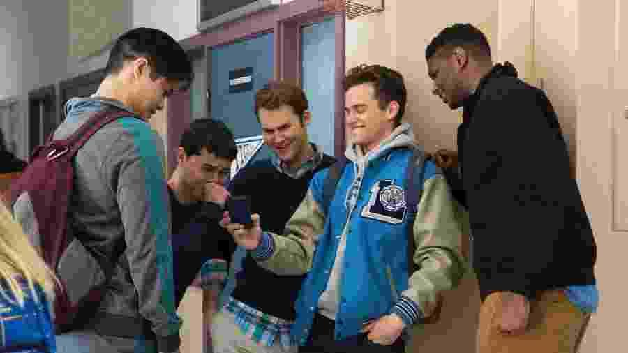 """Grupo de estudantes zomba de Hannah em cena de """"13 Reasons Why"""", da Netflix - Divulgação/Netflix"""