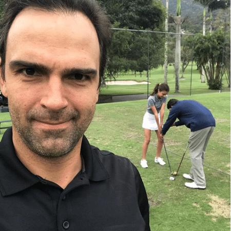 Tadeu Schmidt e a filha, Laura, em um campo de golfe - Reprodução/Instagram/tadeuschmidt