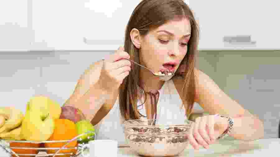 Comer rápido ou com pressa é um dos hábitos que prejudicam a alimentação saudável - iStock