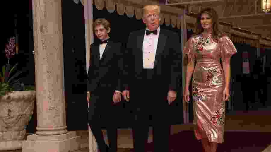 Melania, seu marido Donald Trump e o filho Barron no baile Ano Novo - AFP