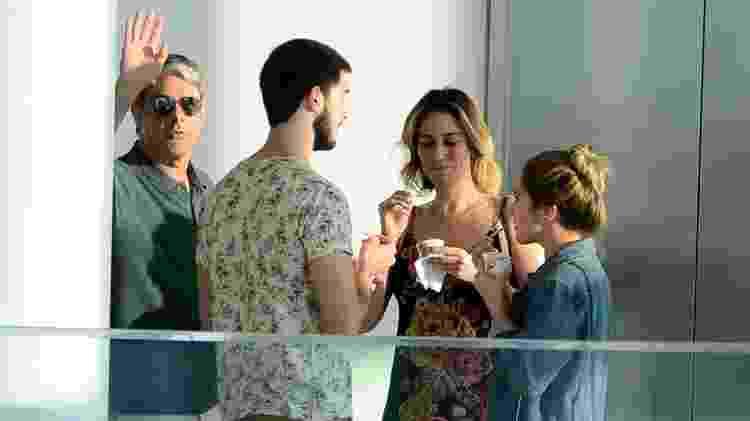 Ao lado da noiva, do filho e da nora, Bonner acena para fotógrafo - Ag.News - Ag.News