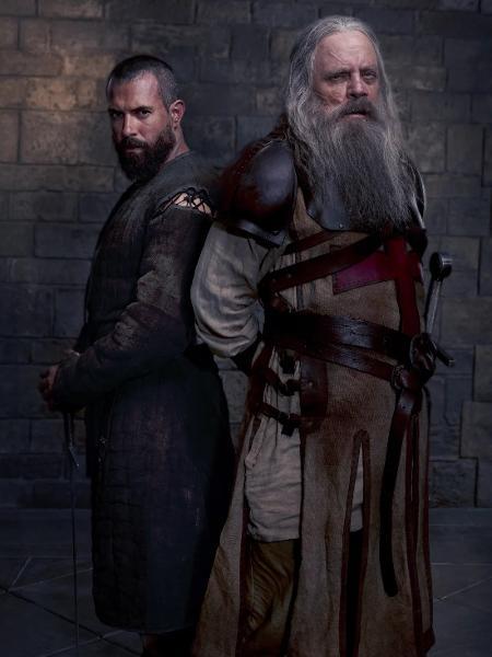 """Mark Hamill está quase irreconhecível na série """"Knightfall"""" - Reprodução/EW"""