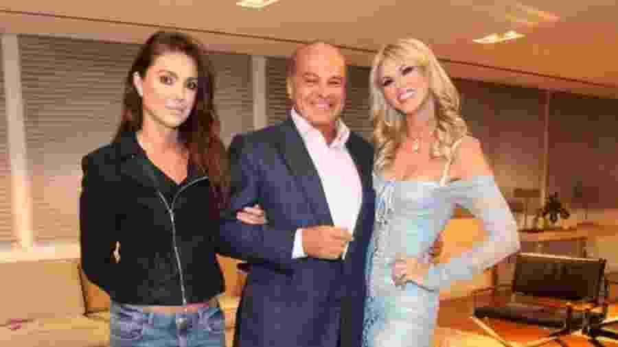 Val Marchiori posa com Simone Abdelnour e Marcelo de Carvalho, na foto que, afirma, fez Luciana Gimenez a bloquear nas redes - Reprodução / Instagram