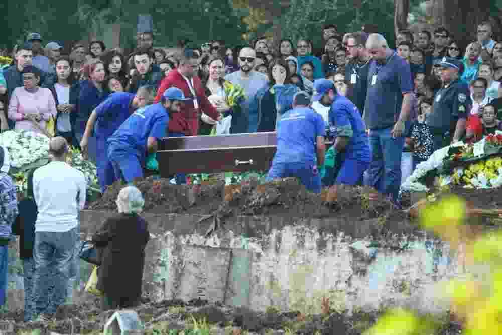 Isabela namorada de Rafael Miguel no enterro - Amauri Nehn/Brazil News