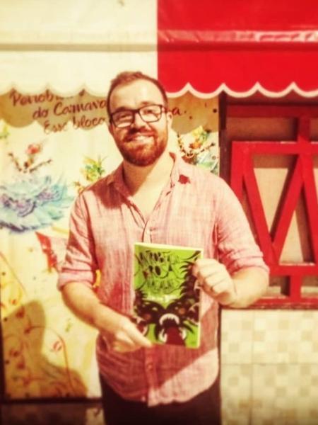 Leonardo Bora com seu livro A antropofagia de Rosa Magalhães - Divulgação