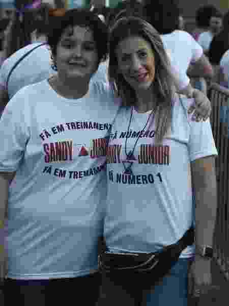 Israna Macedo e o filho, Renato, na fila do show de Sandy e Junior no Rio de Janeiro - Júlio César Guimarães/UOL
