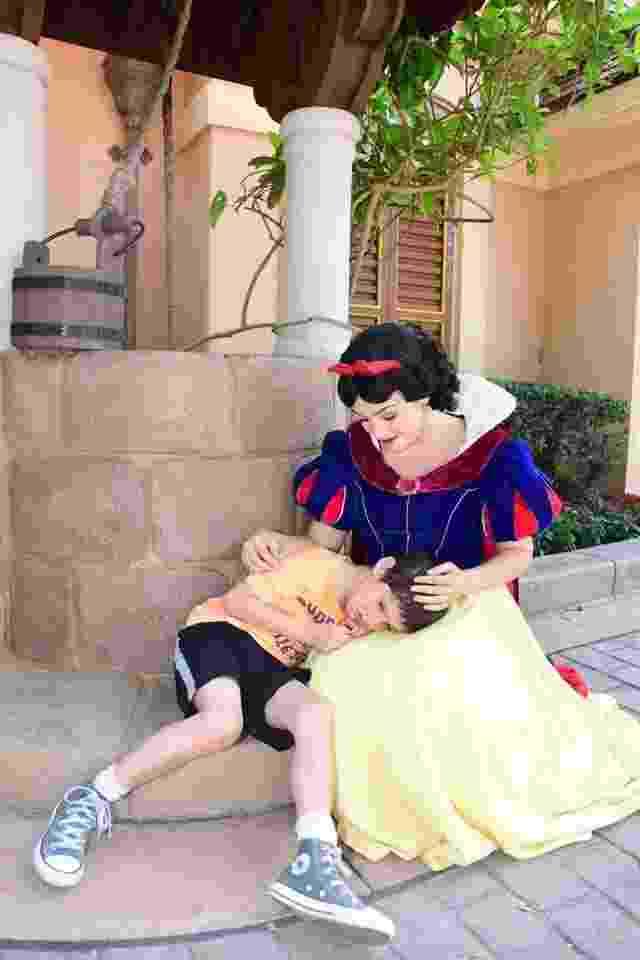Branca de Neve acolhe menino autista no parque Epcot, da Disney - reprodução/Facebook