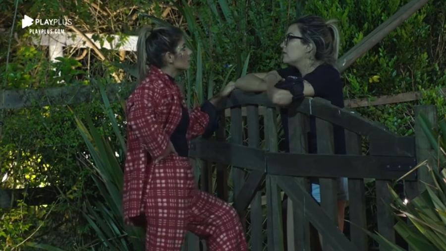 Hari Almeida e Thayse Teixeira conversam na área externa - Reprodução/Playplus