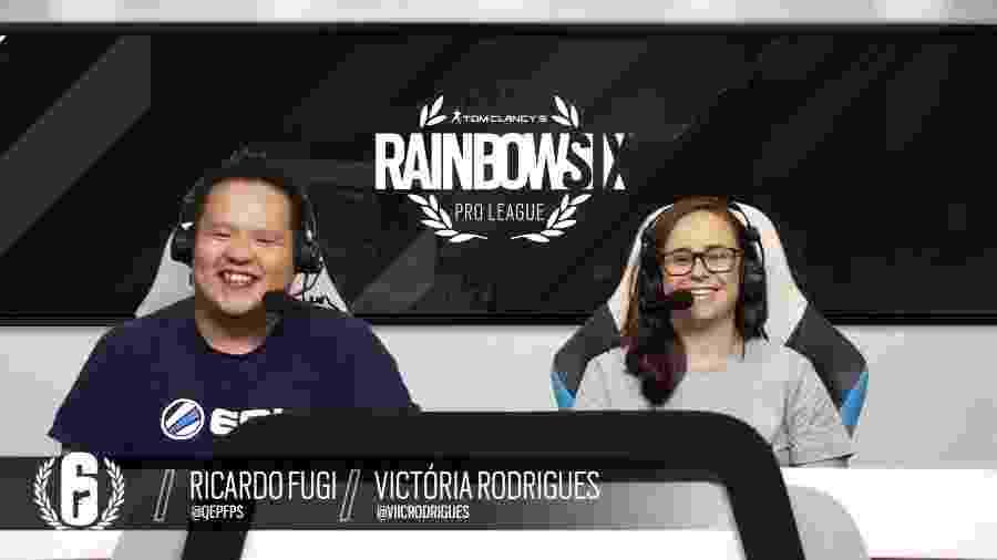 """Victória """"Viic"""" Rodrigues em sua estreia como caster de Rainbow Six, ao lado de Ricardo Fugi - Reprodução/YouTube"""