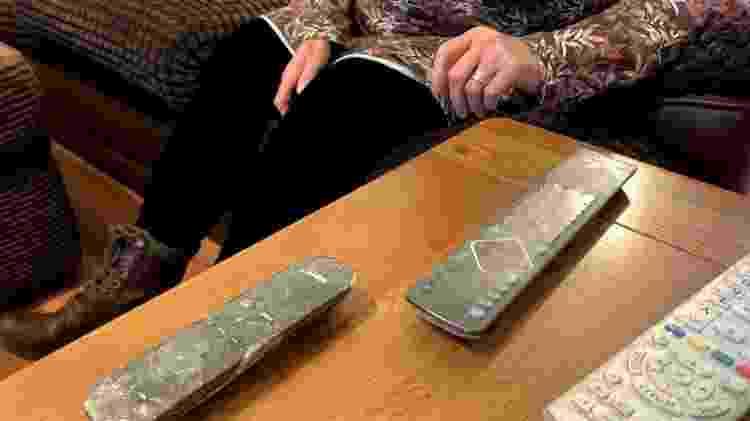 Tocar em qualquer coisa com látex causará uma reação grave, por isso Liz reveste objetos de sua casa com uma fita adesiva - BBC - BBC