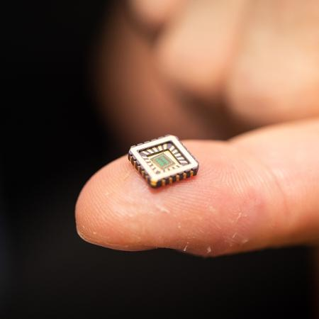 Teoria da conspiração que se espalhou pelo mundo dizia que vacina implantava um microchip rastreável nas pessoas - Reprodução/Universidade de Bath