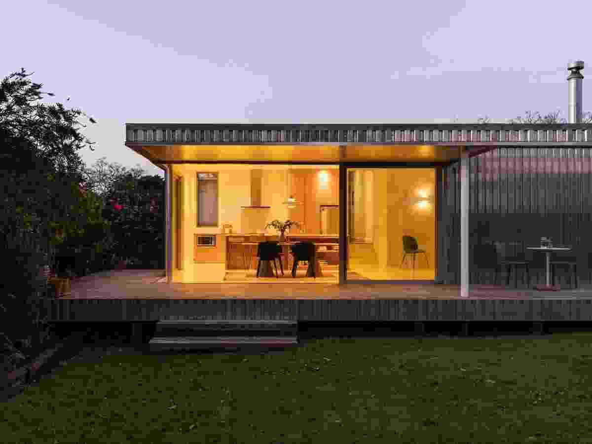 Casa contêiner de alumínio com 80 m² cria vida com pintura amarela e vidro - David Straight