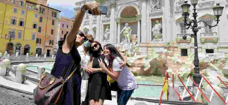 Máscaras e muito espaço: cenários como a Fontana di Trevi, em Roma, estão bem diferentes na pandemia - Corbis via Getty Images