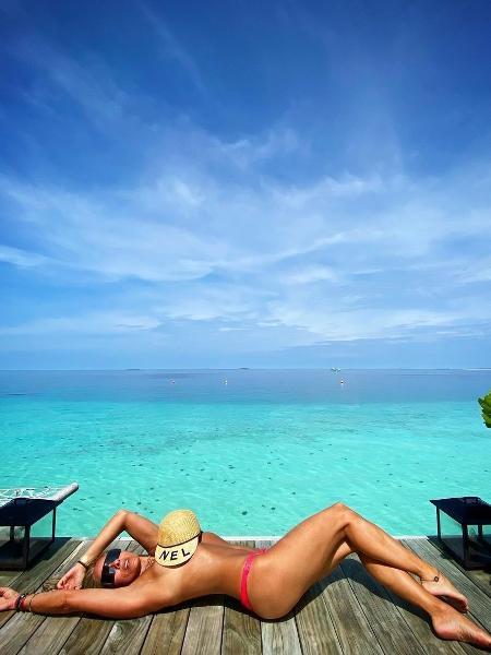 Nas Maldivas, Adriane Galisteu posa somente com a parte de baixo do biquíni - Reprodução / Instagram