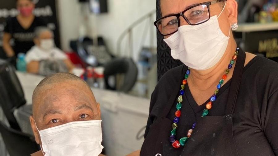 Luzia, à direita, decidiu raspar o cabelo depois de cortar os fios de Joana - ARQUIVO PESSOAL