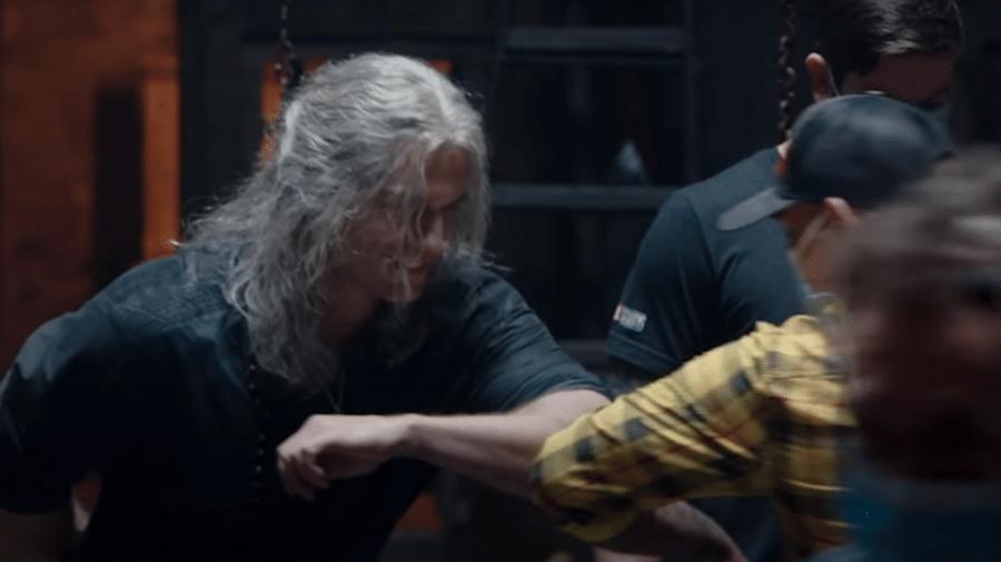 "Máscaras e cumprimentos pelo cotovelo: os bastidores da 2ª temporada de ""The Witcher"" - Reprodução/YouTube"