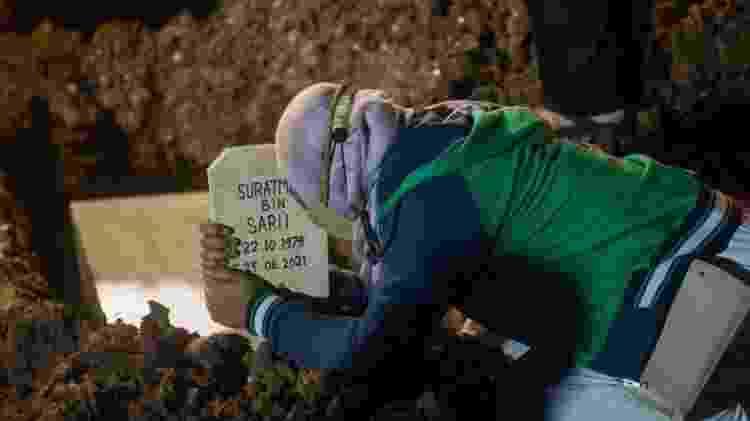 pessoa chorando em enterro - Getty Images - Getty Images
