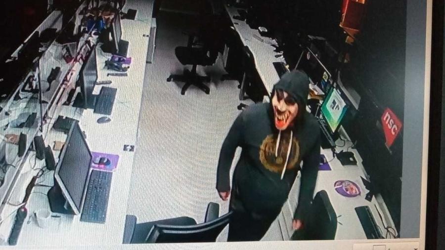 Sede da NSC TV foi invadida por bandidos mascarados  - Reprodução/NSCTV