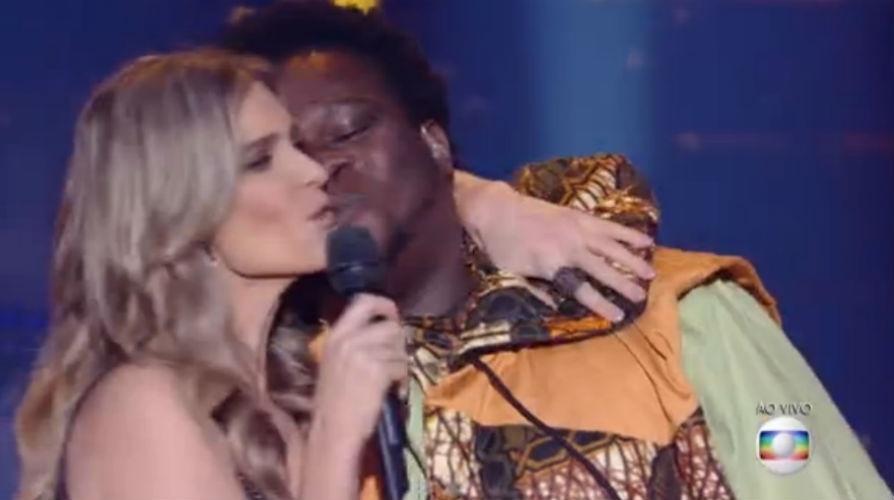 29.jun.2015 - Sem querer, Fernanda Lima troca selinho com vocalista Biggy, da Dois Africanos