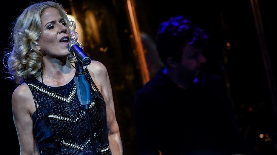 30.jun.2015 - Paula Toller emociona o público do Teatro Bradesco, na zona oeste de São Paulo, na noite desta terça-feira - Francisco Cepeda/AgNews