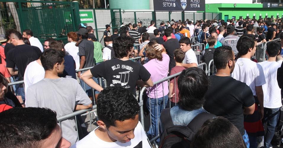 Público na entrada do Allianz Parque, em São Paulo, se prepara para assistir a final do CBLoL