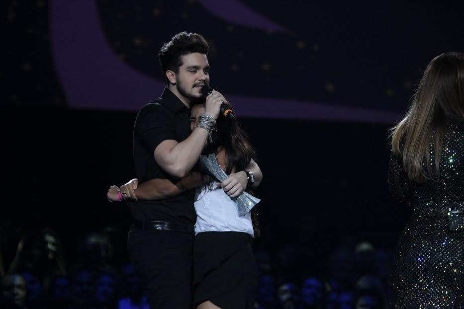 1.set.2015 - Luan Santana ganha prêmio Música Chiclete e é agarrado por fã no palco