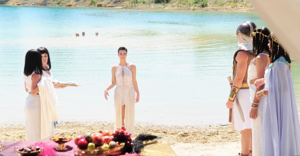 A família real fica aliviada com o fim da praga dos piolhos e vai até o rio Nilo para um banho refrescante