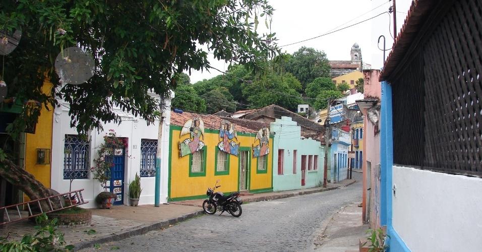 20.jan.2016 - Casas na 13 de Maio, uma das principais da folia olindense, disponível para aluguel