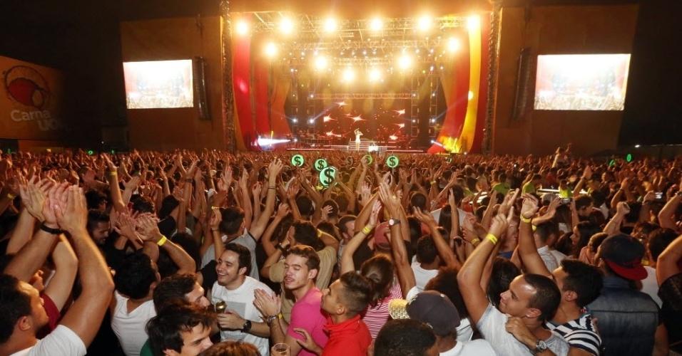 23.jan.2016 - Embalando o público do CarnaUOL, Ivete Sangalo faz apresentação cheia de energia no Urban Stage, em São Paulo