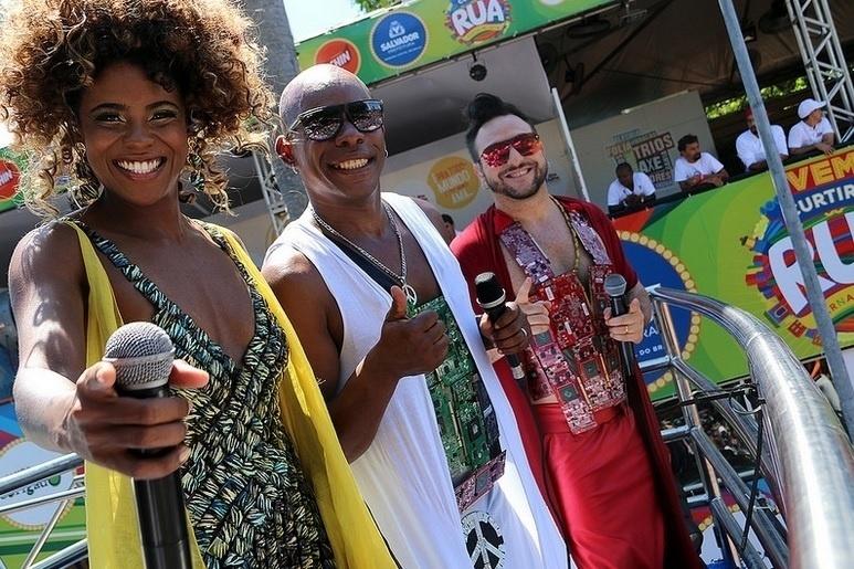 9.fev.2016 - Olodum sobe no trio para puxar foliões na pipoca no último dia do Carnaval de Salvador
