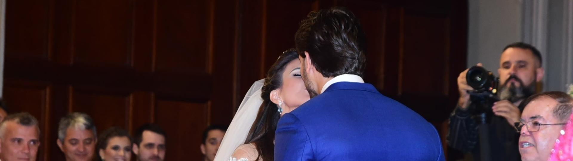 4.set.2016 - Os noivos Kamilla e Eliéser trocam beijo depois de se casarem em cerimônia religiosa em SP. Os ex-BBBs se conheceram na 13ª edição do reality show e já estão casados no civil desde 16 de julho