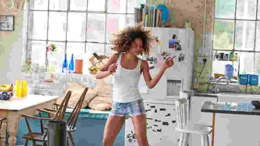 Dançar sozinho ou acompanhado promove bem-estar físico e emocional - Getty Images