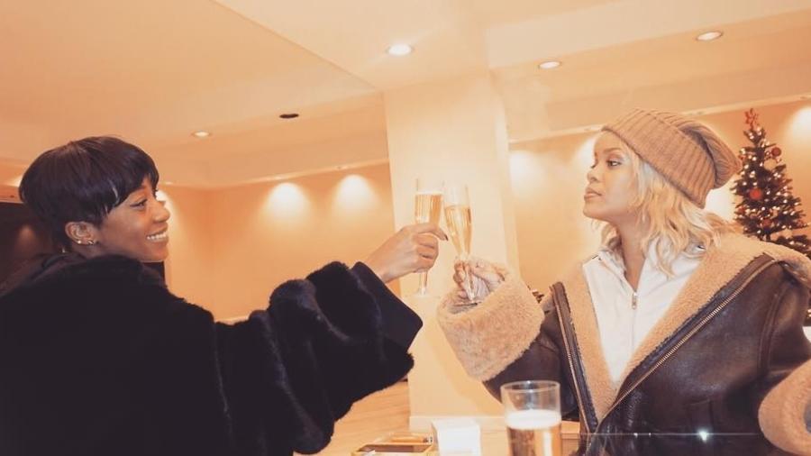 Rihanna posa com novo visual ao lado de amiga - Reprodução/Isntagram@mdollas
