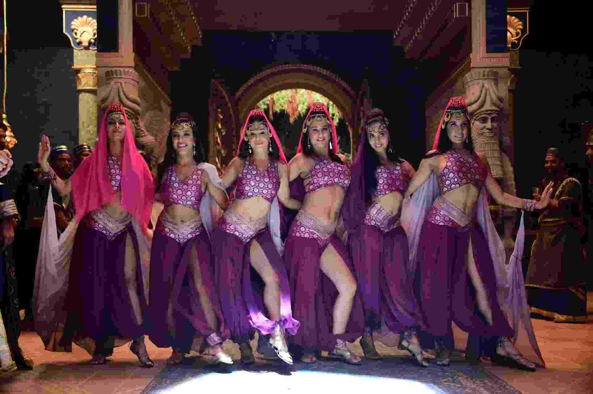 """Dançarinas gravam cena de """"O Rico e Lázaro"""", nova novela bíblica da Record - AFP PHOTO / TASSO MARCELO"""