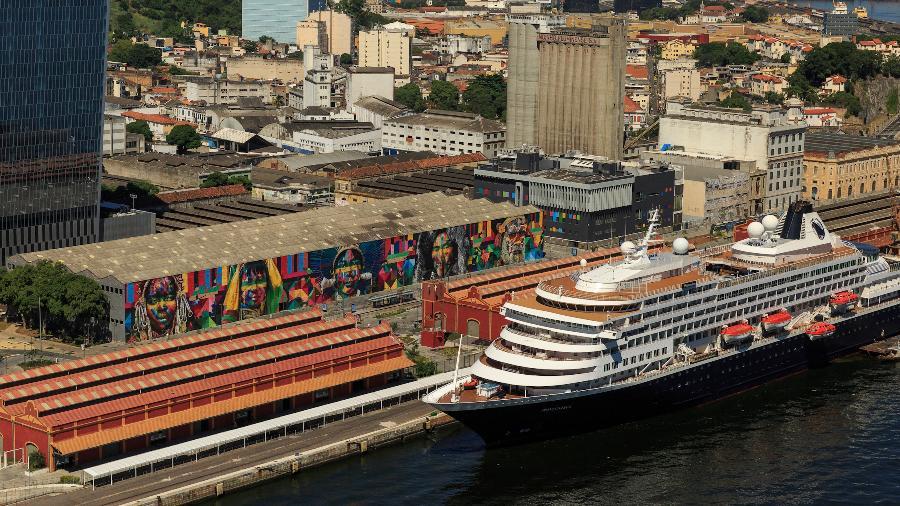 Vista aérea do pier Mauá com o painel de Eduardo Kobra - Diego Baravelli/Foto Arena/Estadão Conteúdo