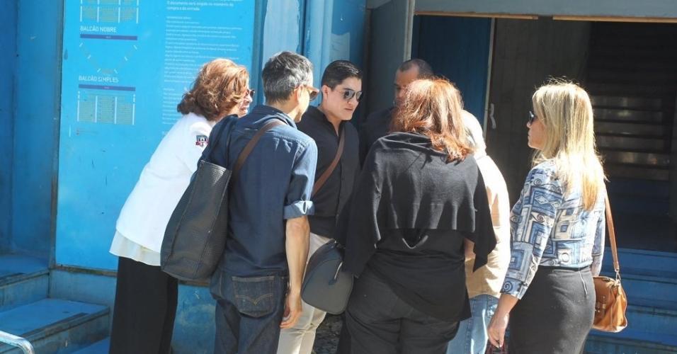 Fãs de Rogéria passaram a tarde no Teatro João Caetano e se abraçaram na saída do velório em uma homenagem à artista