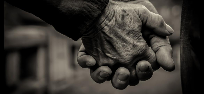casal idoso de mãos dadas - Getty Images