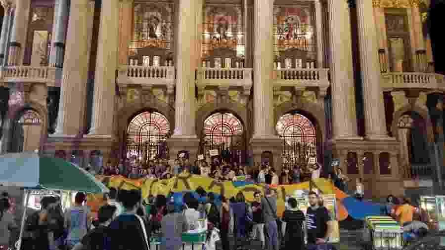Grupo de manifestantes lotam a escadaria do Teatro Municipal para protestar contra a censura à cultura no Rio - Ana Cora Lima/UOL