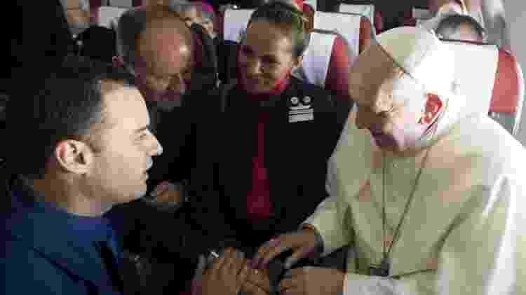 Papa conversa com os noivos Paula Podest e Carlos Ciuffardi  - EFE - EFE