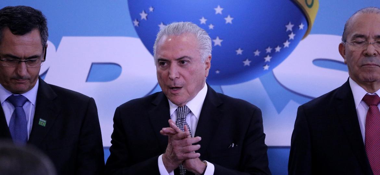 O presidente do Brasil, Michel Temer, ao lado do novo ministro da Fazenda, Eduardo Guardia (de gravata azul) - Fátima Meira/Futura Press/Folhapress