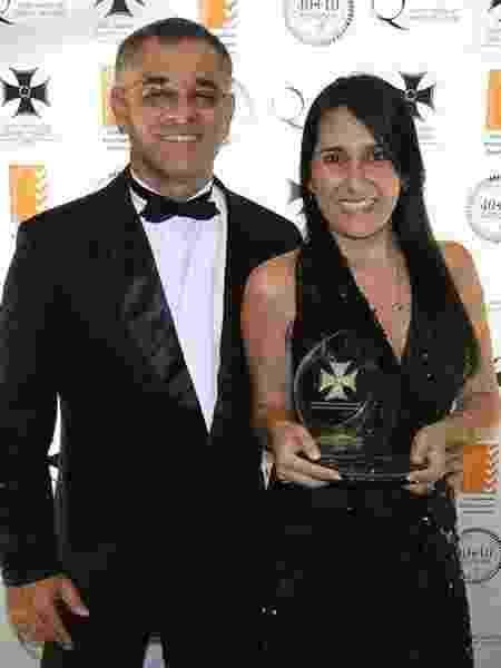 Elaine Pessini e o marido, Henrique, com o prêmio de qualidade recebido em 2013, no Panamá - Arquivo pessoal